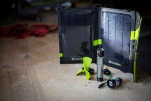 Мултифункционалнен комплект, съдържа соларен панел, външна батерия, фенер и вентилатор.