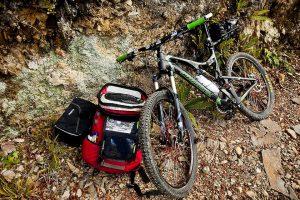 Мултифункционален комплект с преносима енергия, незаменим за къмпинг, планина или пътуване.